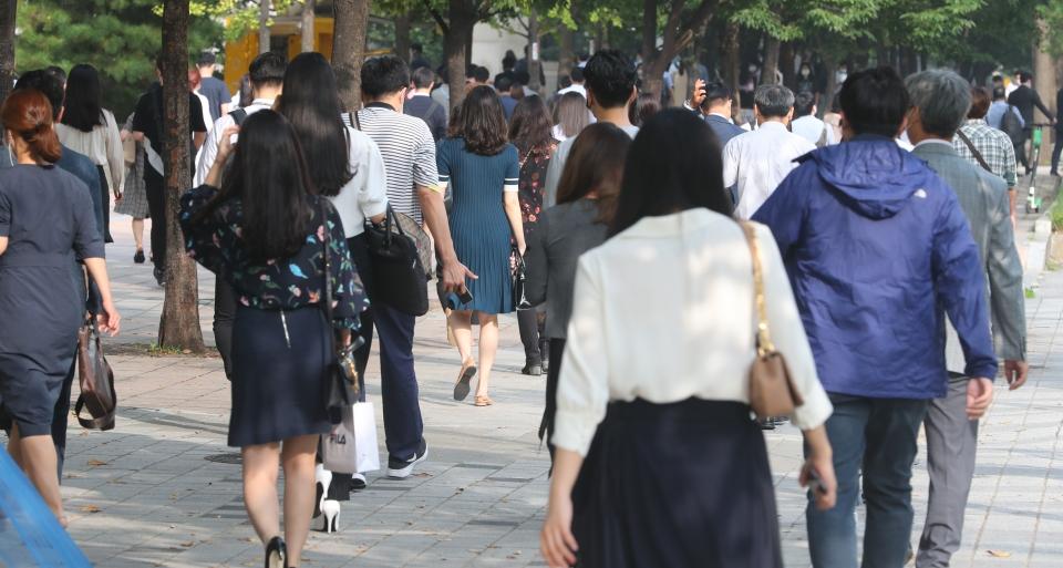 9월  15일 오전 서울 영등포구 여의도역 앞에서 시민들이 출근길 발걸음을 서두르고 있다. Ⓒ여성신문·뉴시스