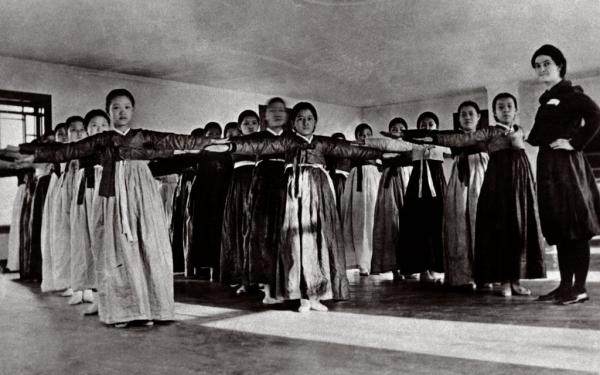이화학당 학생들이 한복를 입고 강사 진네트월터에게 체조를 배우는 모습. 사진=이화여자대학교
