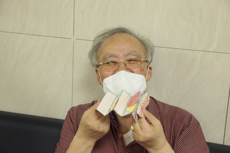 16일 오후 서울 양천구 연세데이케어센터에서 다가오는 21일 치매 극복의 날 앞두고 어르신들과 함께 치매 예방 프로젝트 '햄버거 만들기'를 했다. ⓒ홍수형 기자