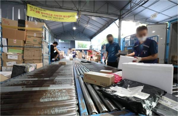 전국택배노조가 오는 21일부터 택배 분류작업을 전면 거부한다고 밝힌 가운데 18일 오전 서울 한 시내의 물류센터에서 택배 노동자들이 분류작업을 하고 있다. ⓒ뉴시스·여성신문