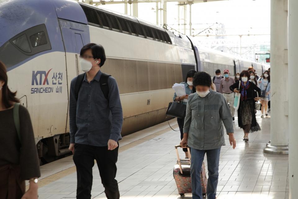 21일 오전 서울 중구 서울역에 도착한 KTX에서 내린 시민들은 발걸음을 옮기고 있다 . ⓒ홍수형 기자