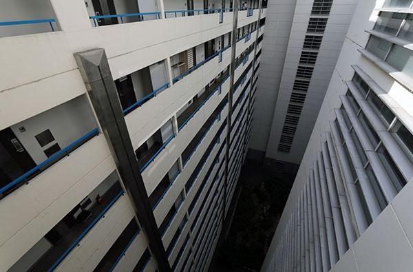 신종 코로나바이러스 감염증(코로나19) 확진자가 10여명 발생한 서울 강남구 오피스텔 대우디오빌플러스에서 21일 오후 한 입주민이 복도를 지나고 있다. ⓒ뉴시스·여성신문