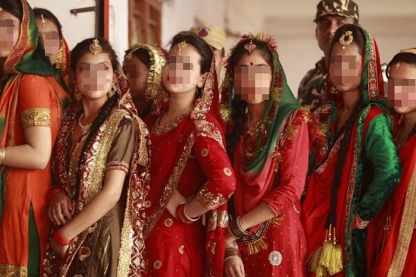 인도 북서부 도시 잠무에서 열리는 로흐리 축제에서 전통복장을 한 여성들. 인도 재무부는 2018년 의회에 제출한 경제 보고서에서 인도 경제가 성장하고 있지만 여전히 성차별이 극심하다고 비판했다. ⓒ뉴시스·여성신문