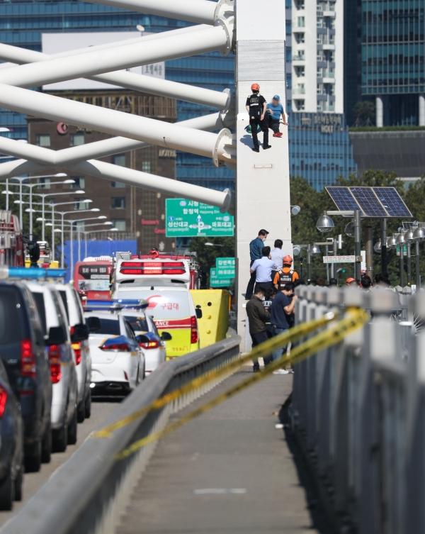 경찰과 소방당국에 따르면 22일 12시32분경 '양화대교 아치 형태의 구조물 위에 사람이 걸터앉아 있다'는 신고가 접수 돼 경찰과 소방이 출동했다. ⓒ뉴시스.여성신문