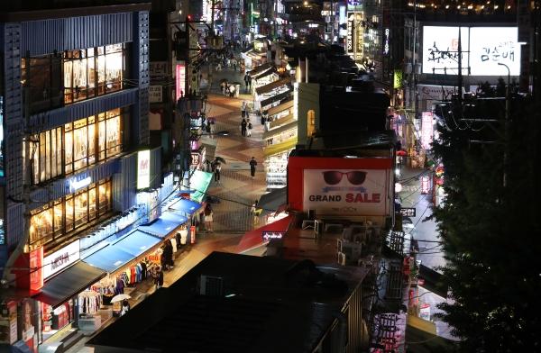 서울시가 유흥업소를 집중 점검하겠다고 예고한 15일 서울 마포구 홍대 인근 거리가 한산한 모습을 보이고 있다. ⓒ여성신문·뉴시스