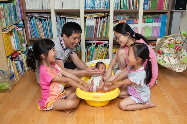 국내 주요 대기업들은 남성 육아휴직에 대한 사회적 인식이 개선되면서 저출산이란 상황에 대응해 아빠들의 육아를 적극 권장하고 있다. ⓒ뉴시스