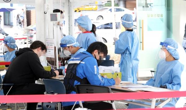 23일 오전 서울 강남보건소 선별진료소에서 시민들이 문진검사를 받고 있다. ⓒ여성신문·뉴시스