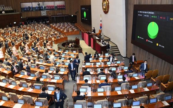 24일 국회 본회의에서 '기후위기 비상 대응 촉구 결의안'이 통과되고 있다. (공동취재사진)