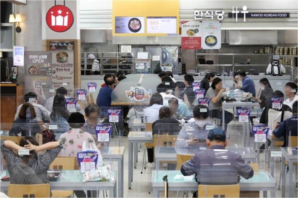 추석 연휴 기간 신종 코로나바이러스 감염증(코로나19) 확산 예방을 위한 고속도로 휴게소 실내매장 좌석운영 금지를 하루 앞둔 28일 오후 서울 서초구 만남의광장 휴게소에서 시민들이 식사를 하고 있다. ⓒ여성신문·뉴시스