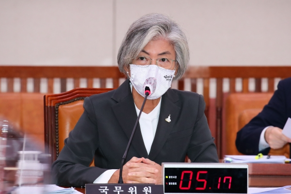 강경화 외교부 장관이 28일 오전 국회에서 열린 외교통일위원회 전체회의에서 의원들의 질문에 답변하고 있다. (공동취재사진)