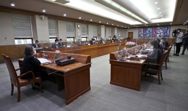 김영란 대법원 양형위원장이 14일 오후 서울 서초구 대법원에서 열린 제104차 양형위원회 회의에 참석해 발언하고 있다.
