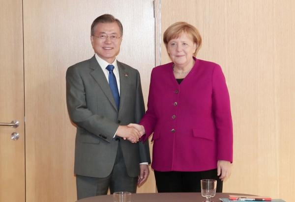 문재인 대통령이 지난 2018년 10월 19일 브뤼셀 유로파 빌딩에서 앙겔라 메르켈 독일 총리와 한-독일 정상회담을 하고 있다. Ⓒ여성신문·뉴시스