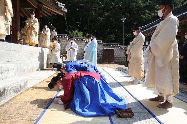 1일 경북 안동 도산서원 상덕사에서 향사 헌관들이 큰절을 올리고 있다. Ⓒ이동춘 작가