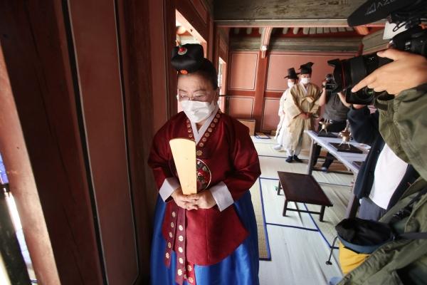 이배용 한국의서원통합보존관리단 이사장이 도산서원 상덕사에서 술잔을 올린 뒤 사당을 나서고 있다. Ⓒ이동춘 작가