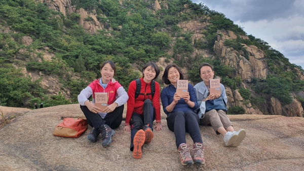 요즘 부너미 회원들은 읽고 쓰기뿐만 아니라 달리기, 등산, 스케이팅 등 다양한 운동도 함께 한다. 지난 4일 부너미 회원들은 책 『김지은입니다』를 읽고 등산도 하면서 책에 관한 이야기를 나눴다. ⓒ부너미 제공