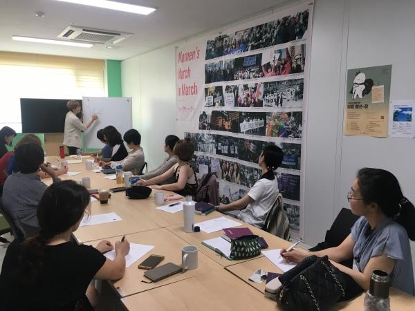 『여자들의 섹스북』 저자 한채윤 한국성적소수자문화인권센터 활동가를 초청해 강연을 듣고 있는 부너미 회원들의 모습. ⓒ부너미 제공