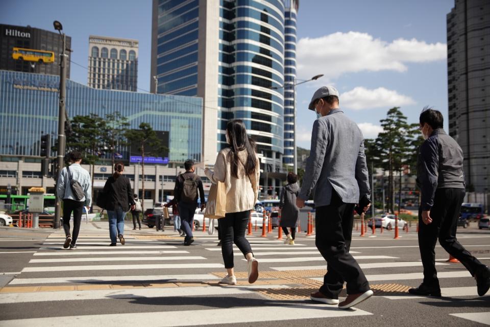 5일 오후 서울 중구 한 신호거리에서 시민들은 추석 이후 추워진 날씨에 발걸음을 빠르게 옮기고 있다. ⓒ홍수형 기자