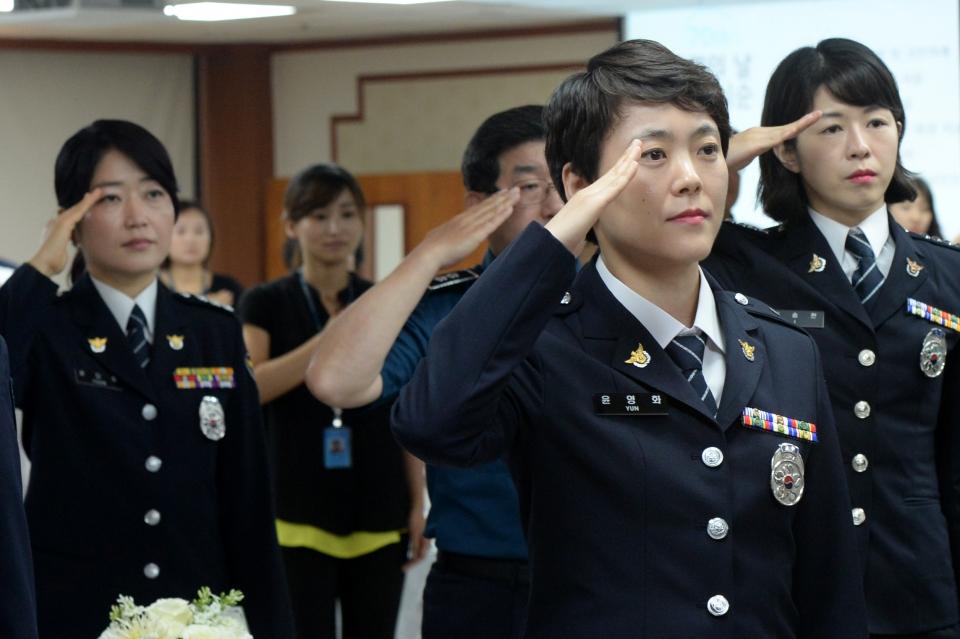 정복을 입은 경찰들이 경례를 하고 있다. ⓒ뉴시스.여성신문