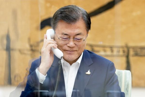 문재인 대통령이 1일 청와대 관저 소회의실에서 앙겔라 메르켈 독일 총리와 전화 통화하고 있다. ⓒ청와대