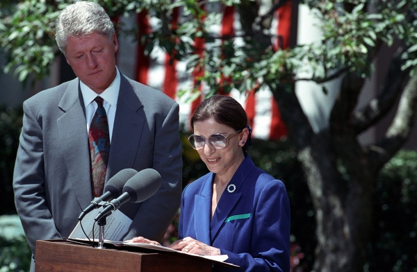 긴즈버그 대법관이 1993년 자신을 새 대법관으로 지명한 빌 클린턴 당시 미국 대통령과 함께  백악관에서 소감을 발표하는 모습. ⓒ워싱턴국립공문서관