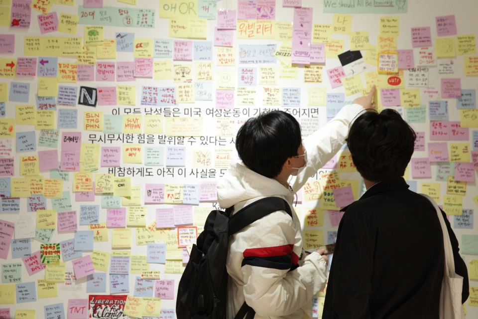 12일 오후 서울 서초구 갤러리 루미나리에서 사일런트메가폰이 '여자 4명이 모이면 접시만 깨질까' 전시회를 열었다. ⓒ홍수형 기자