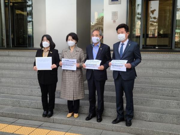 윤미향, 이수진, 윤준병, 이규민 의원(왼쪽부터)이 13일 주한독일대사관을 찾아 서한을 전달했다. ⓒ윤미향 의원실 제공