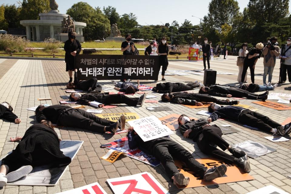 8일 오전 서울 종로구 청화대 앞에서 모두를위한낙태폐지공동행동은 '처벌의 시대로 되돌아갈 수 없다. '낙태죄' 완전 폐지하라' 기자회견을 열고 항의 퍼포먼스를 하고 있다. ⓒ홍수형 기자