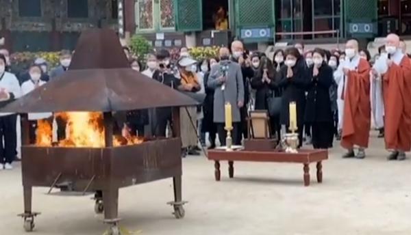 16일 서울 종로구 조계사에서 열린 박원순 100일재. 가족과 최측근 인사들을 비롯해 지지자들이 모였다. 이들은 밴드 등에서 참여자를 먼저 받았다.