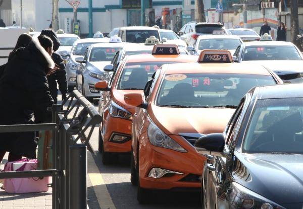 7일 서울 용산구 서울역 택시 승강장에 승객들을 태우기 위해 택시들이 길게 줄지어 서 있다. ⓒ이정실 여성신문 사진기자