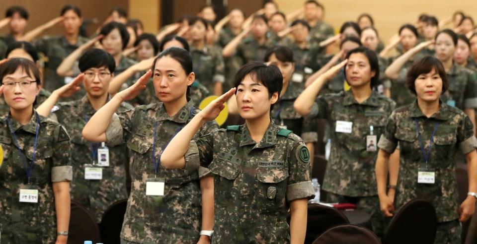 경례하는 군인들의 모습. ⓒ뉴시스.여성신문