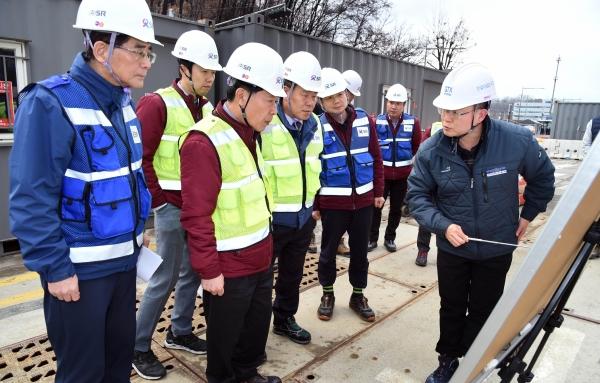 권태명 SR 대표이사(왼쪽 세번째)가 2019년 12월17일 서울 강남구 수서역 GTX 2공구 건설공사 현장을 방문해 지반침하, 구조물 변형 등 혹한기 대비 안전사고 예방을 하고 있다. 기사와 무관한 사진. ⓒSR
