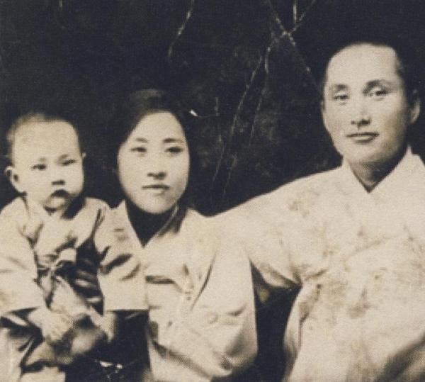 1928 동경여의전 1호 유학 여의사 허영숙과 춘원 이광수 가족.