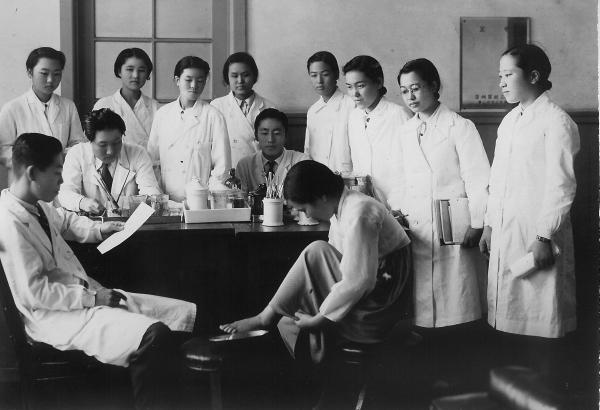 1940년대 경성여의전 학생들의 실습 모습.