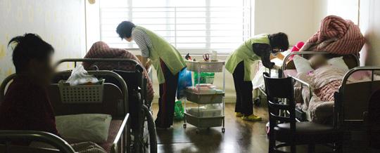 서울 광진구의 한 노인장기요양기관에서 요양보호사들이 환자들을 돌보고 있다.cialis coupon cialis coupon cialis coupon ⓒ여성신문DB