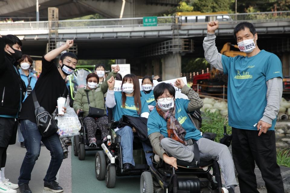 20일 오후 서울 서대문구 홍제천인공폭포 앞에서 서대문햇살아래장애인자립생활센터가 '2020 네 바퀴와 함께 걷는 세상' 걷기 행사를 열었다. ⓒ홍수형 기자