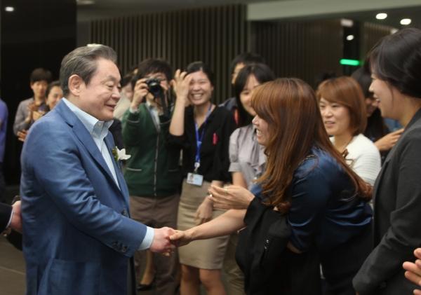이건희 삼성그룹 회장이 25일 별세했다. 향년 78세.사진은 이 회장이 2011년 반도체 16라인 가동식 참석한 모습. ⓒ여성신문·뉴시스