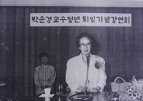 1988년 이화여자대학교에서 은퇴 기념 강연을 하는 박순경 선생.  ©여성신문