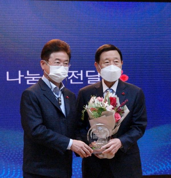 이철우 경상북도지사가 신현수회장에게 공로패를 전달했다.