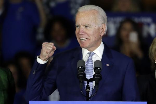 2020년 미국 대선 민주당 경선후보인 조 바이든 전 부통령이 3일(현지시간) 로스앤젤레스에서 연설을 하며 주먹을 쥐어 보이고 있다©[로스앤젤레스=AP/뉴시스]