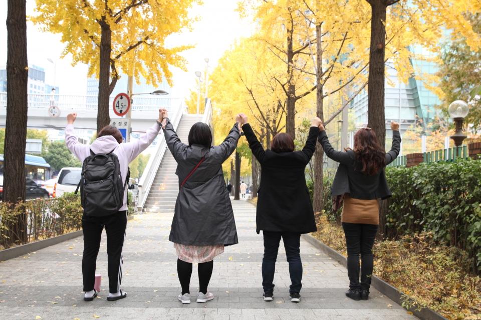 6일 오후 서울 서대문 여성신문에서 친족 성폭력 경험을 가진 생존자들이 인터뷰 이후 함께 연대하는 의미로 손을 잡고 있다. ⓒ홍수형 기자