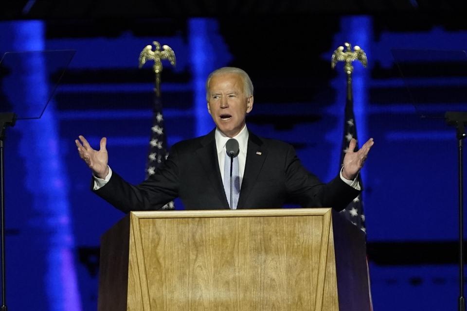 """조 바이든 대통령 당선인이 7일(현지시간) 미 델라웨어주 윌밍턴에서 대국민 연설을 하고 있다. 바이든 당선인은 """"우리는 같은 미국인""""이라며 """"분열이 아닌 통합 추구하는 대통령이 되겠다""""라고 밝혔다. ⓒ윌밍턴=AP/뉴시스"""