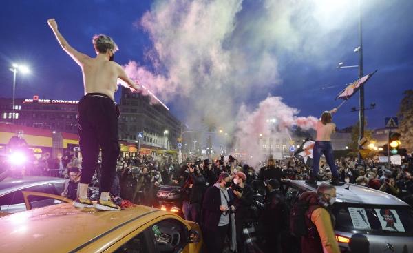 폴란드 헌법재판소가 지난 10월 22일 태아가 기형이 있는 경우를 포함해 사실상 모든 임신중지를 금지하자, 폴란드 여성인권 운동가들과 지지자들이 26일 수도 바르샤바에서 주요 도로를 막고 시위하고 있다. ⓒAP/뉴시스