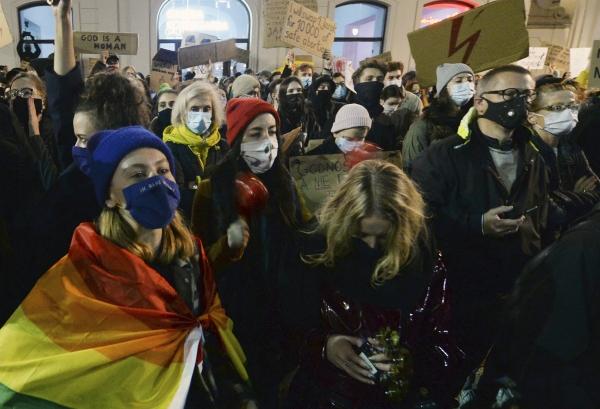 폴란드 시민들이 25일 수도 바르샤바 대통령궁 앞에서 폴란드 헌법재판소의 사실상 '낙태 금지' 결정에 항의해 시위하고 있다. ⓒAP/뉴시스