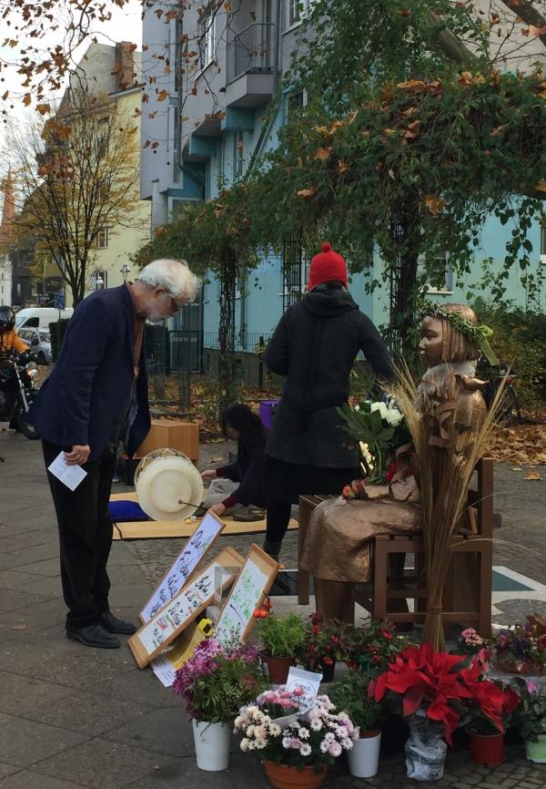 베를린 시민이 11월 13일(현지시각) 미테구에 설치된 평화의 소녀상의 비문을 정독하고 있다.