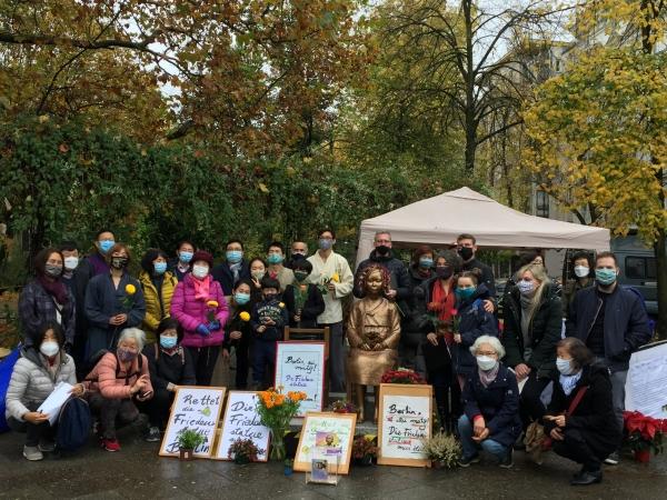 베를린 소녀상을 지키기 위해 지난 10월 31일(현지시각) 미테구 평화의 소녀상 앞에 모인 코리아협의회 회원들과 베를린 시민들.