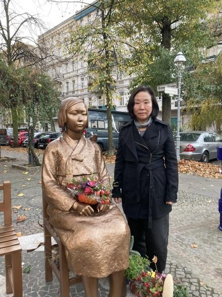 한정화 코리아협의회 대표가 베를린 미테구에 설치된 평화의소녀상 앞에서 포즈를 취하고 있다.