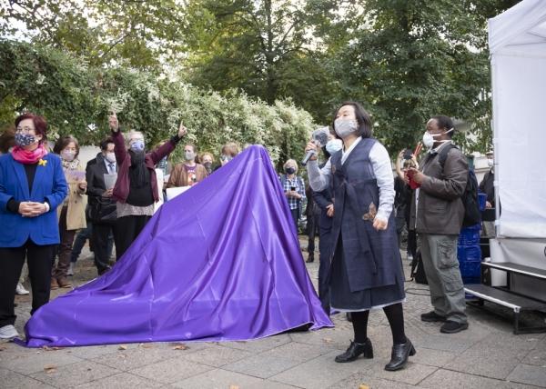 한정화 코리아협의회 대표가 지난 9월 28일 제막식을 앞두고 베를린 시민들에게 평화의소녀상 건립 취지에 대해 설명을 하고 있다.