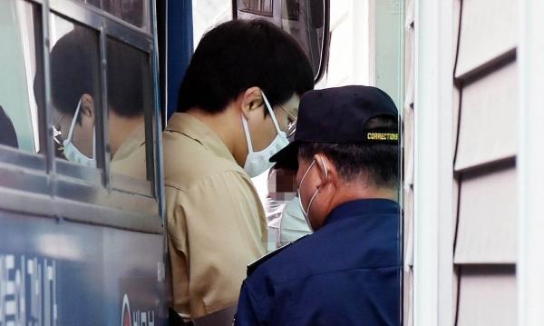 청소년을 성폭행한 혐의로 구속 기소된 왕기춘 올림픽 전 국가대표가 26일 오전 재판을 받기 위해 버스에서 내리고 있다. ⓒ뉴시스.여성신문