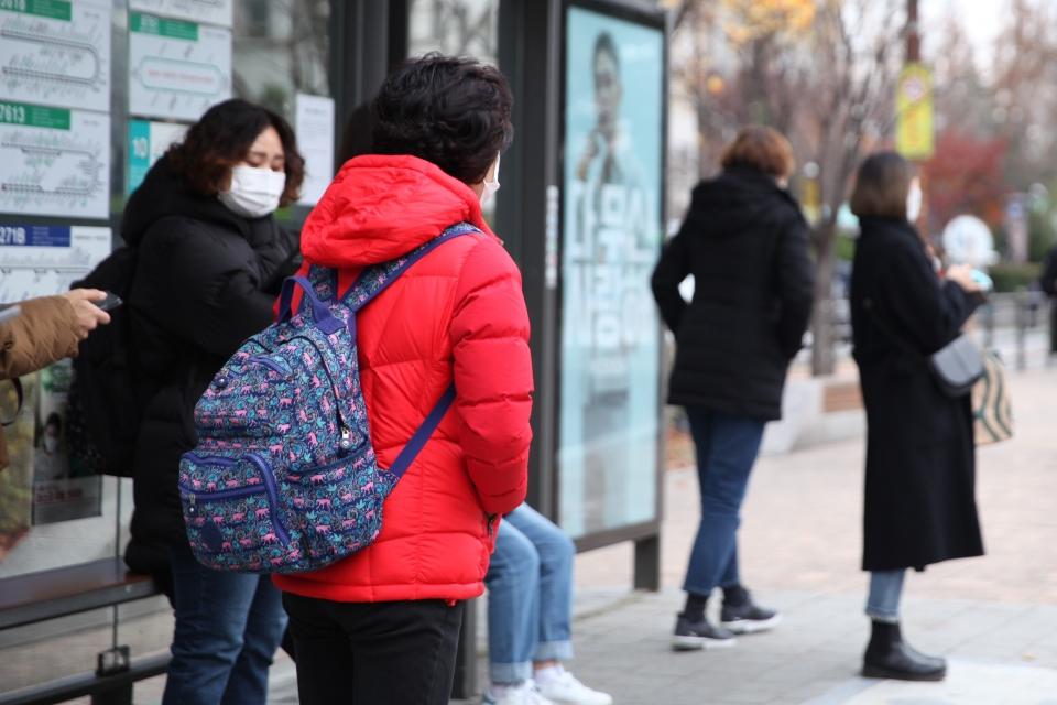20일 오후 서울 여의도에 위치한 한 버스 정류장에서 시민들은 추위에 떨며 버스를 기다리고 있다. ⓒ홍수형 기자