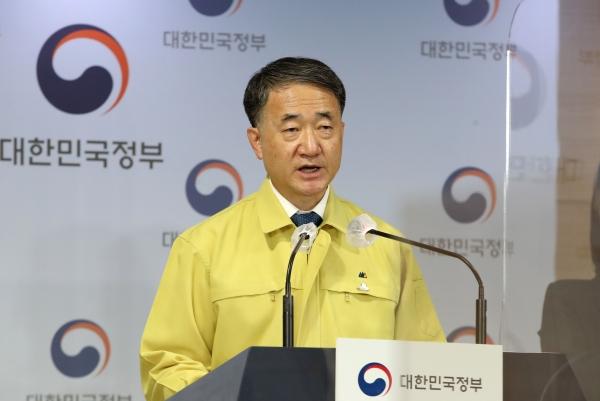 박능후 중앙재난안전대책본부 1차장(보건복지부 장관)이 22일 오후 서울 정부서울청사 브리핑룸에서 코로나19 대응 정례브리핑을 하고 있다. ⓒ여성신문·뉴시스
